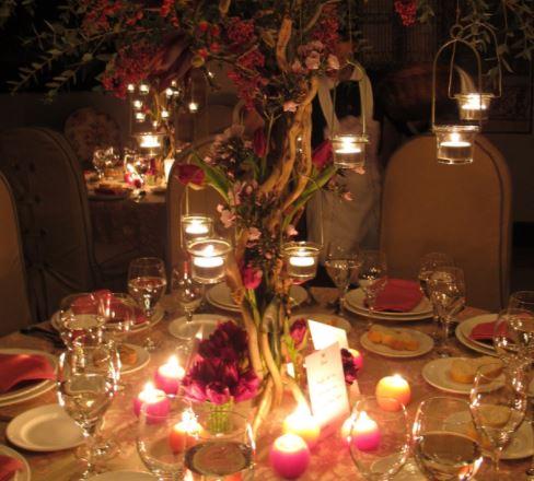 Arbol iluminado con velas como centro de mesa